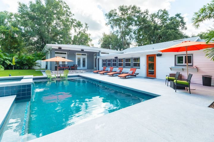 Resort style saltwater pool and jacuzzi. Newly completed! Privacy fence and beautiful palms create an atmosphere perfect for swimming and sunning. Our new outdoor speakers complete the space with your favorite music. Pool shared with the home. Enjoy.