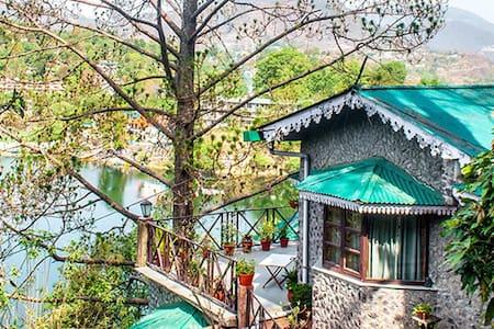 Premium Lake View Room @ Deja vu - Pura Stays - Naukluchiatal - Guesthouse