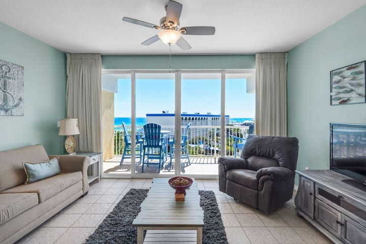 Top Floor Gulf Front Condo on beach with relaxing Lazy River! Beautiful Gulf Views