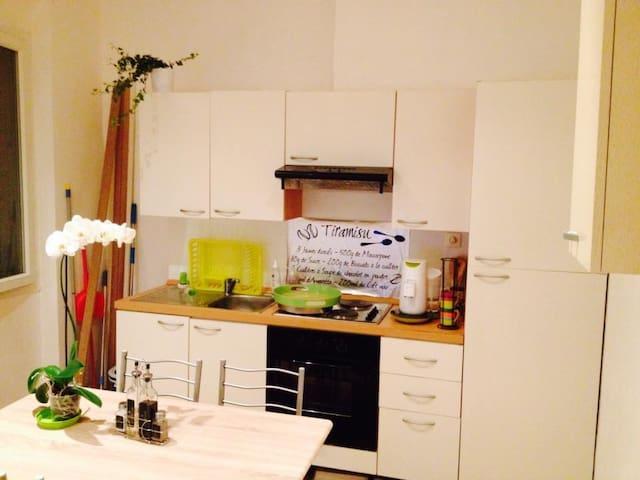 cuisine équipé plus lave linge ( qui n'est pas encore là  lorsque la photo a été prise