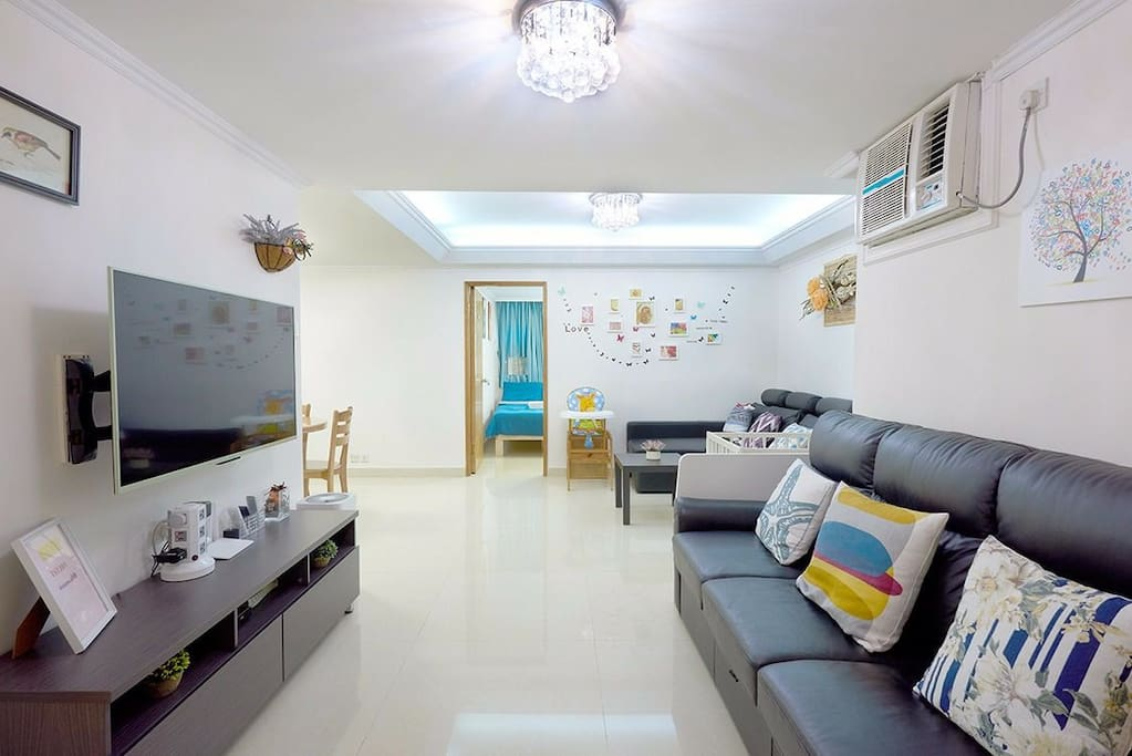 Spacious living room for you to relax with friends and family. 超大起居室,让您和家人朋友们好好放松、畅谈游港感受。