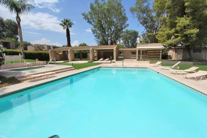 Two-story condo w/ courtyard patio, 2 community pools & tennis - near El Paseo!