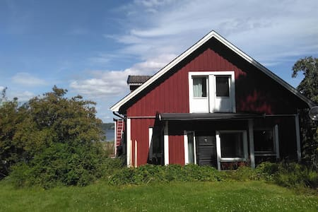 House in the countryside by lake Mälaren - Casa