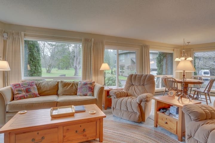 Welcoming condo w/ golf course view, near dining & skiing