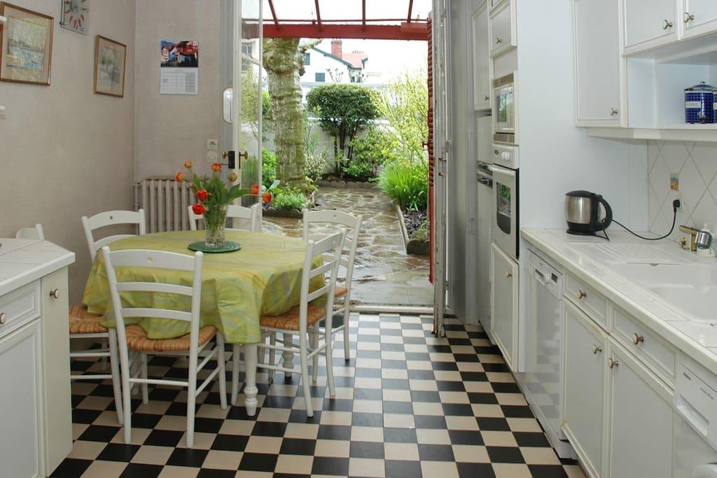 La cuisine avec accès au jardin