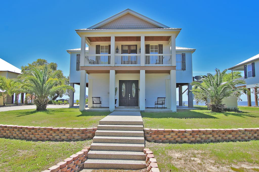 This stunning home features a sea view, extensive grounds, and ample parking.