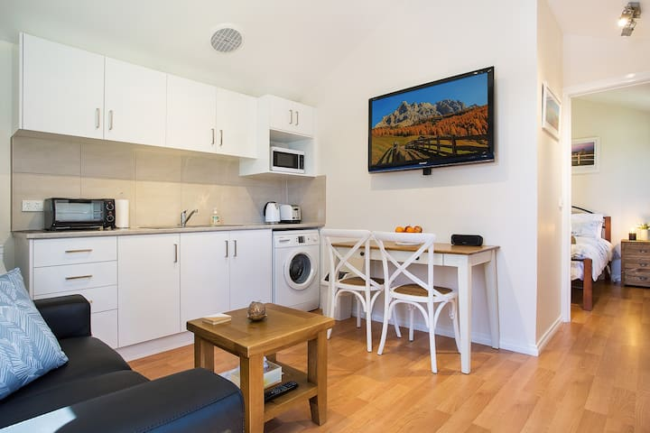 Cedar cottage at the heart of Frankston