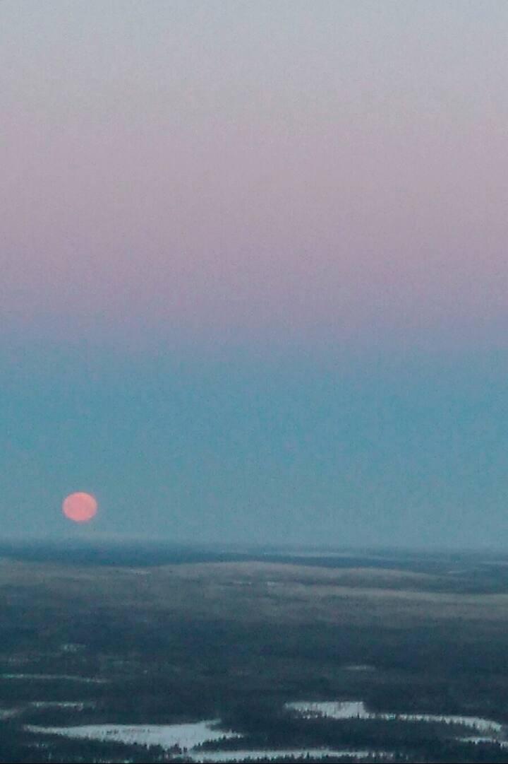 Kuu laskee ja aurinko nousee joulukuussa