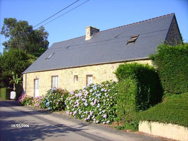 maison ancienne en pierre dans le Cotentin