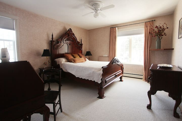 Charming Spacious with Private Bath - Invermere - Huis