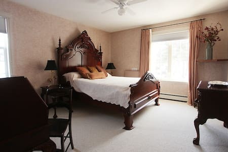 Charming Spacious with Private Bath - Invermere - House