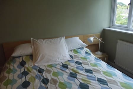 Large double bedroom in a 4 bed home, quiet area.