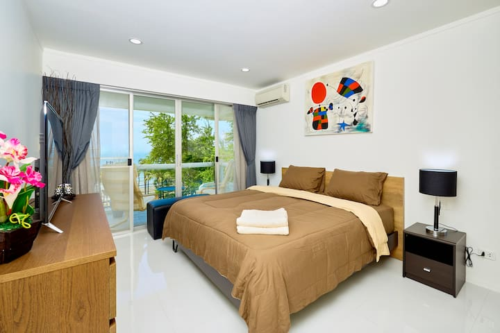 The bedroom 1 with sea view