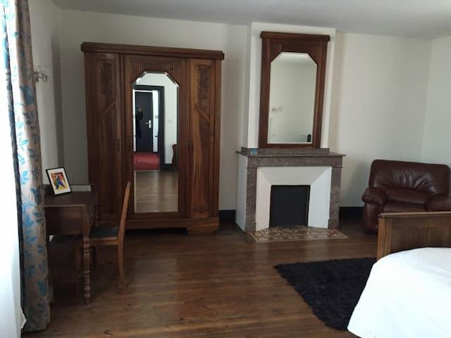 Superbe chambre de 30m2 + balcon - Saint-Juéry - Haus