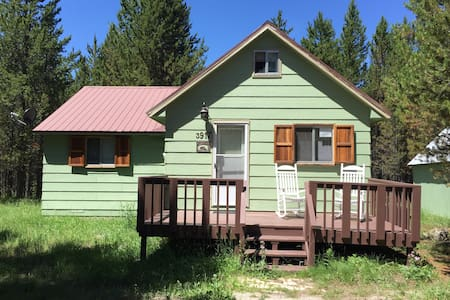 🌲Forest Cottage-Sleeps 8-WiFi-30 minutes to YNP🐻