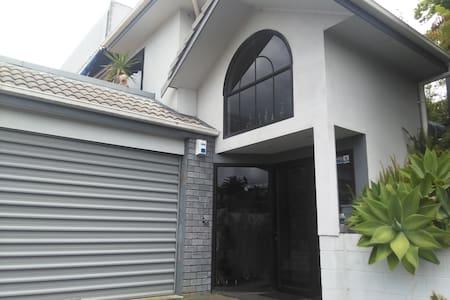 此房位于奥克兰北岸Browns Bay,环境优美,近海边。 - Auckland