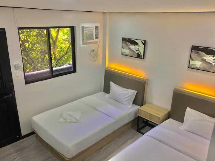 Private Twin Room, Town Center, Sailing Inn (NEW)a