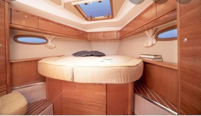 Cabina armatoriale prua .Master room 210€/1 night with private bathroom inside.