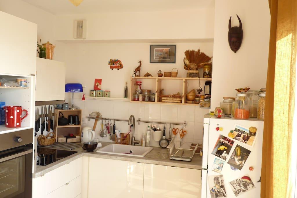 Cuisine fonctionnelle, avec four lave vaisselle, plaque à induction et tous les ustensiles nécessaires pour vous sentir chez vous.