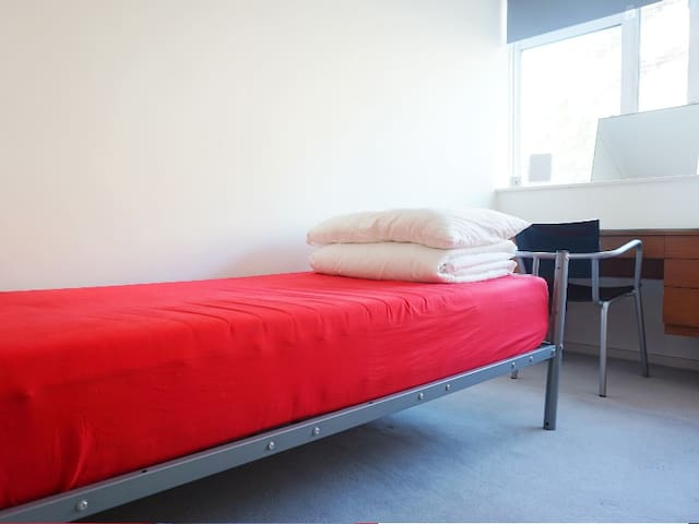 Twin bed room in Victoria
