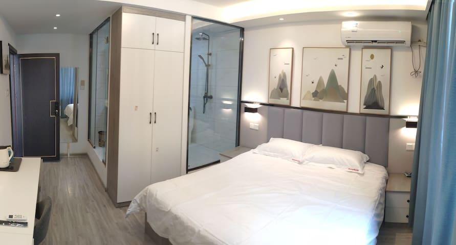 豪华大床房订制乳胶床垫给你舒适睡眠 透明浴室