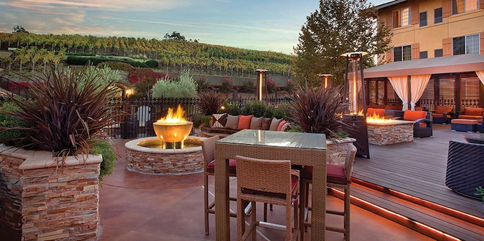 NAPA RESORT -STUDIO-FREE BOTTLE OF WINE