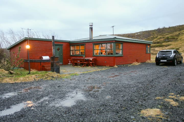 A warm and cozy house. Great location!. - Kópavogur - House