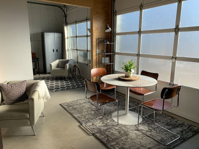Upscale Hyde Park Urban Executive Suite w/ Loft
