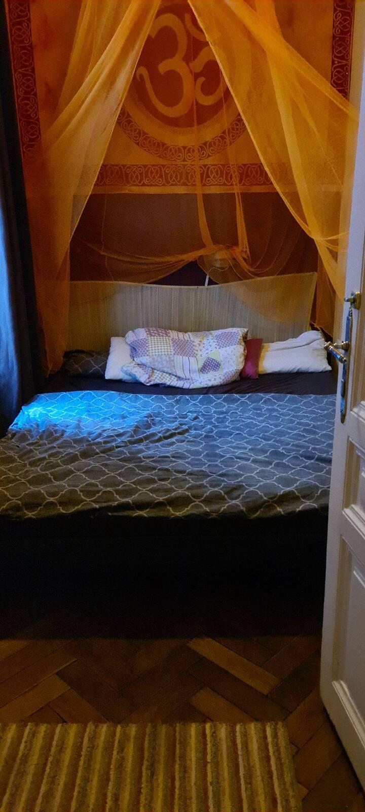 Kleines Zimmer in geräumiger WG