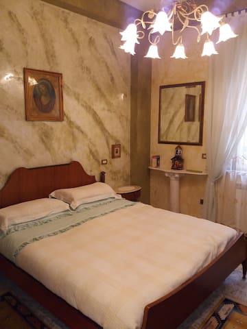 Camera matrimoniale con bagno in app. signorile - Palmi - House
