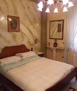 Camera matrimoniale con bagno in app. signorile - Palmi - Haus