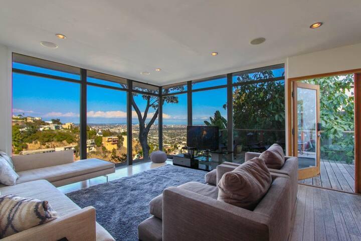 3BR Hollywood Hills Villa, Amazing Views of LA!