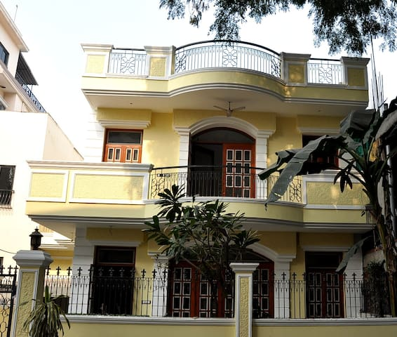 Elegant and Graceful Villa in DLF City Ph I