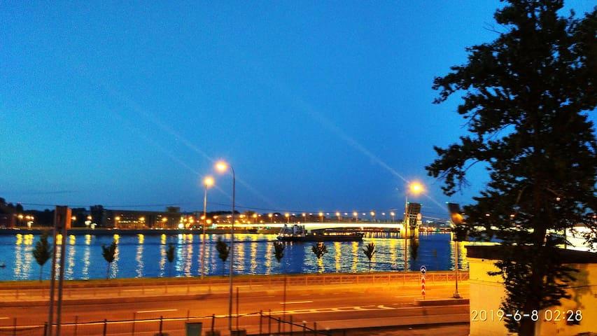 Центр города самый шикарный вид на Неву и мосты