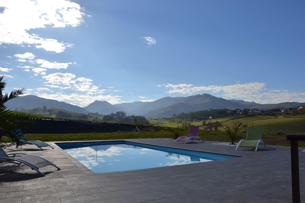 terrasse, piscine et vue imprenable sur les Pyrénées