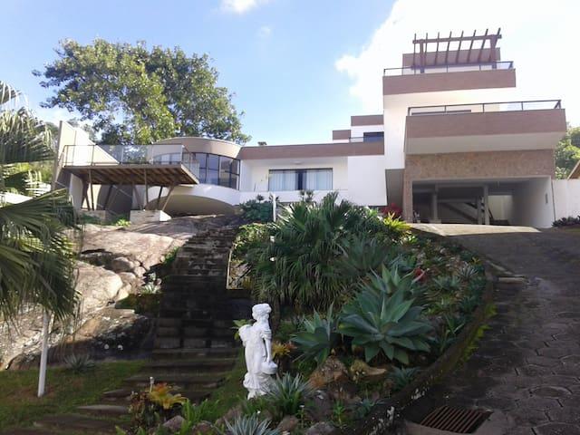 Casa na praia do Mar Grosso -Laguna SC - Laguna - Hospedaria