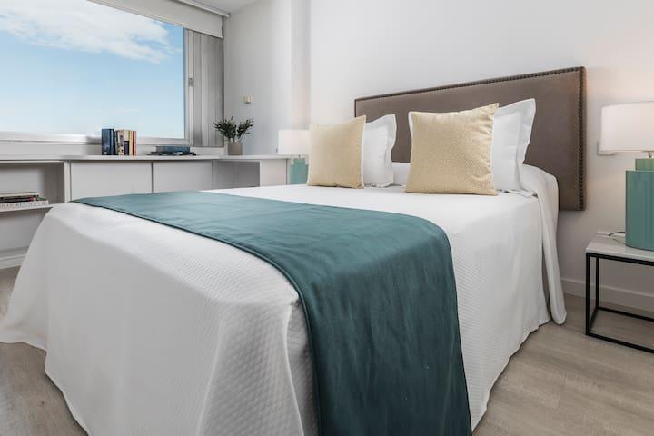 Habitación con cama de matrimonio - Dormitorio with large bed