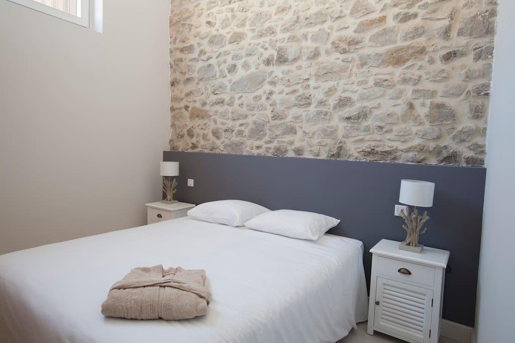 chambre avec mur de pierre apparente