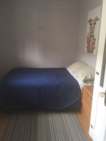 There will be a queen bed in this room soon and the picture will be updated.
