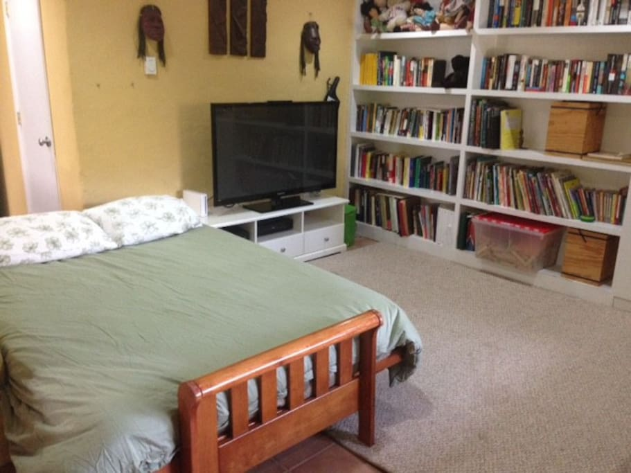 Full sized bed in cozy living area, with fridge, large flat screen TV (cable), sofa, desk area, and private full bath.