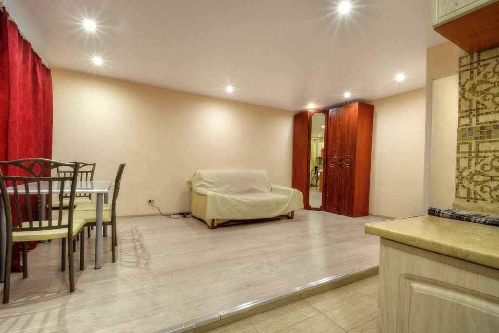 Большой двуспальный диван и угловой шкаф