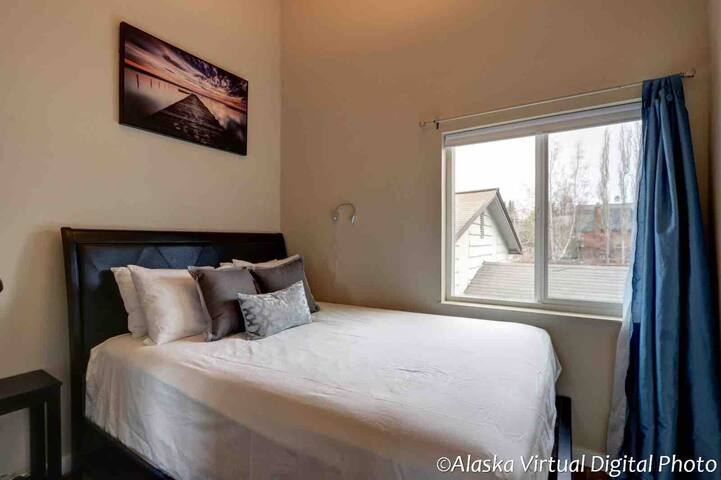 Quiet: Vaulted ceilings 1 bed home; prime location