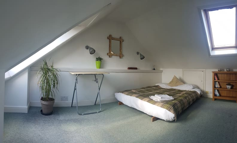 Spacious and bright loft room near Kew Gardens 1
