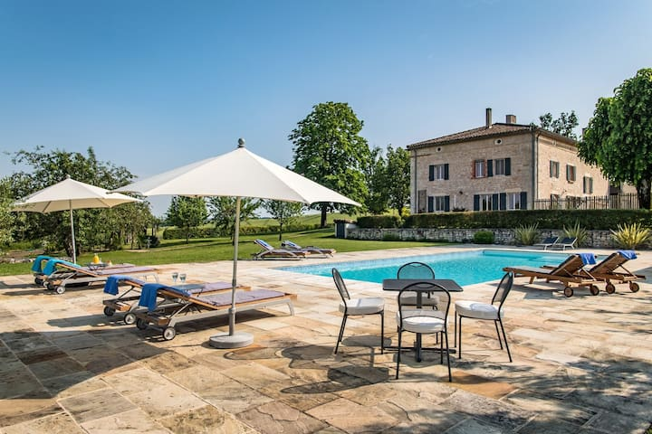 Impressive luxury home, heated pool & tennis court
