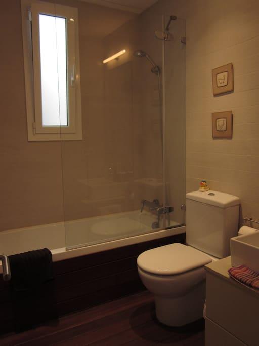 Baño propio para el huésped de la habitación.