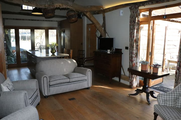 Self-contained Converted Barn, Thame High Street