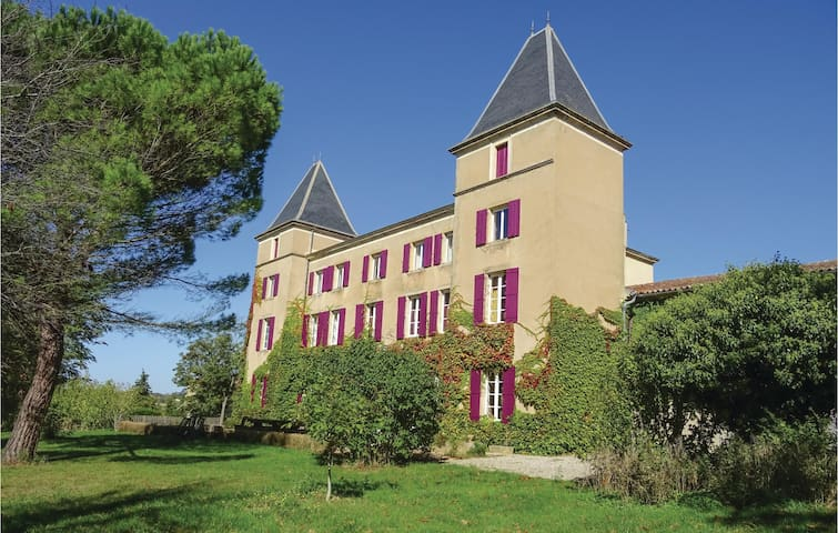 Holiday cottage with 10 bedrooms on 490 m²