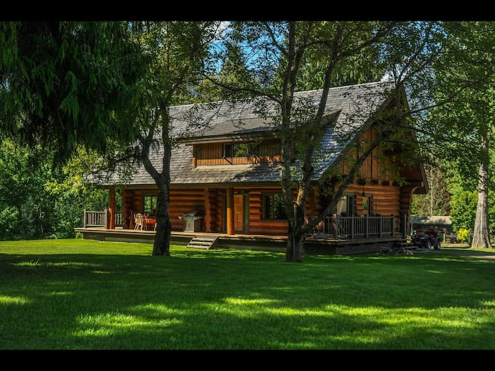 Log house close to RMR with hot tub