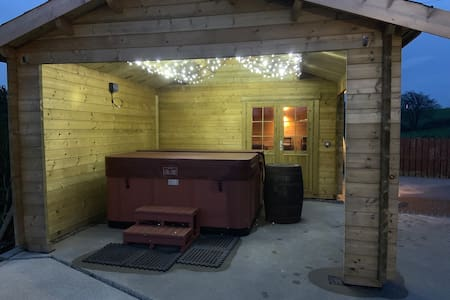 Country Retreat - Hot Tub and Sauna - Sleeps6