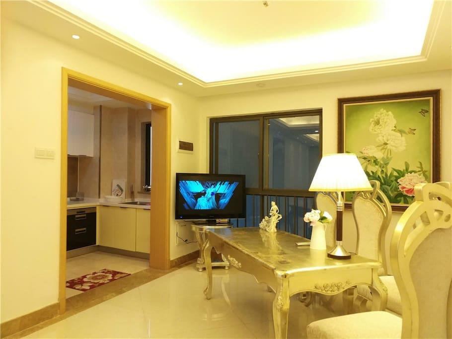豪华大厅配备电视,中央空调,开放式厨房